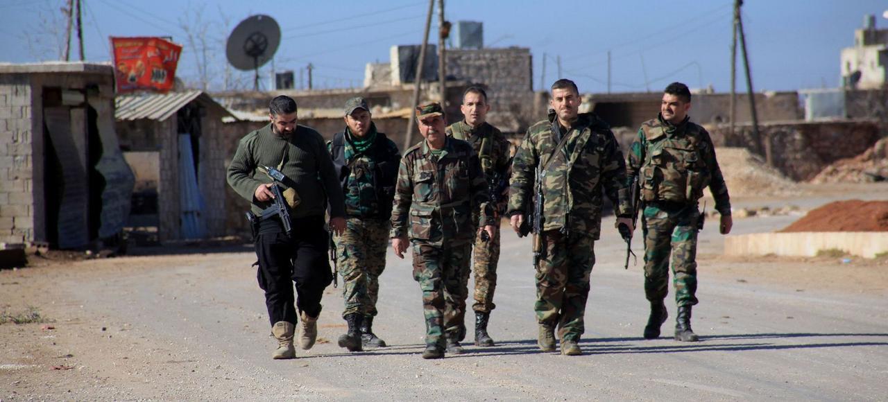 Des soldats de l'armée syrienne dans le village de Tal Jabine, mercredi au nord d'Alep.