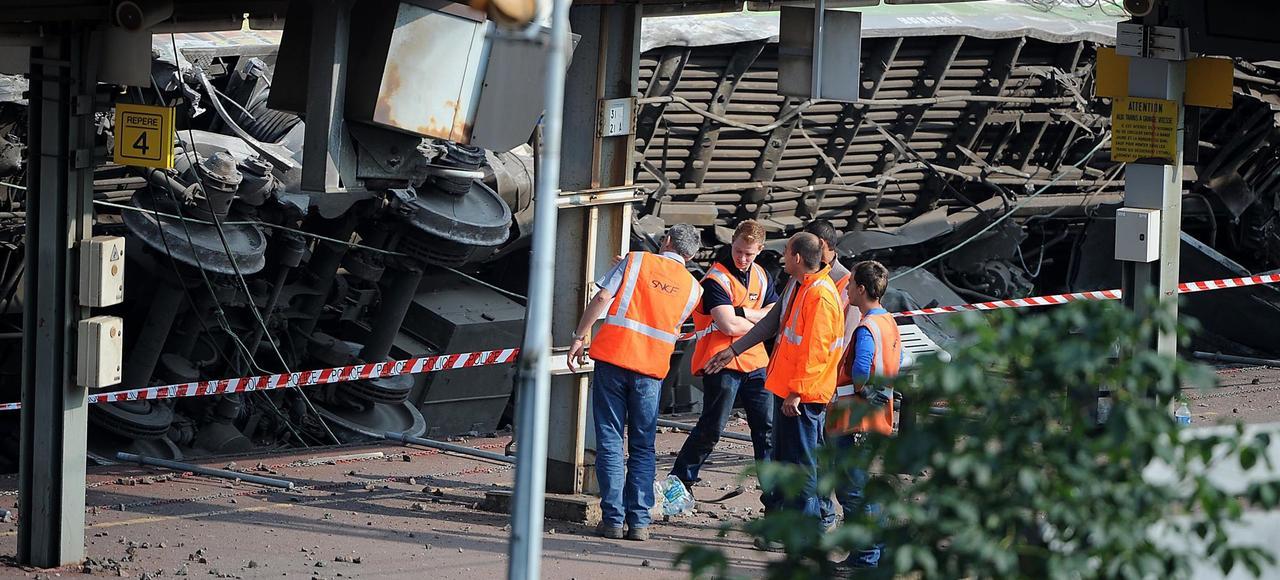 Le déraillement a fait sept morts et une trentaine de blessés.