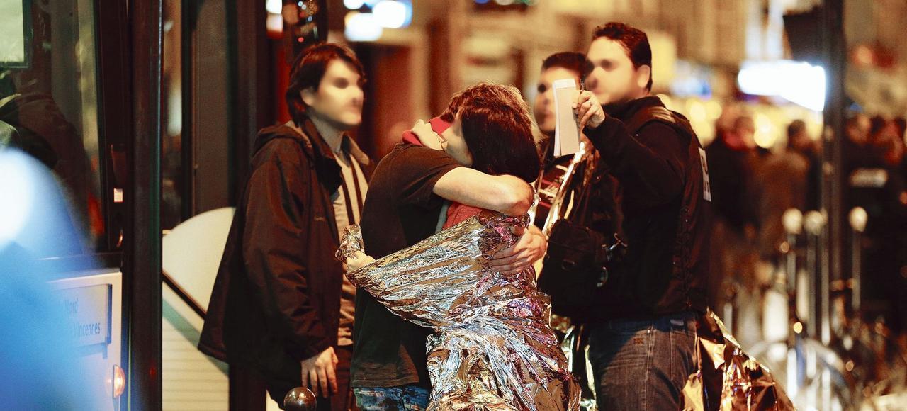 Des victimes de l'attaque terroriste au Bataclan sont évacuées par les secours, le vendredi 13 novembre.
