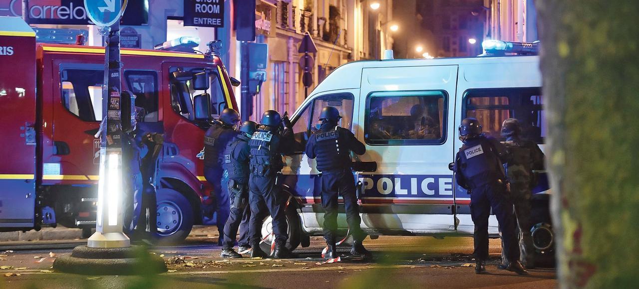 Les forces de police en position aux environs du Bataclan dans la nuit du 13 novembre 2015.