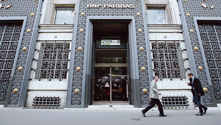 Devant le siège parisien de BNP Paribas.