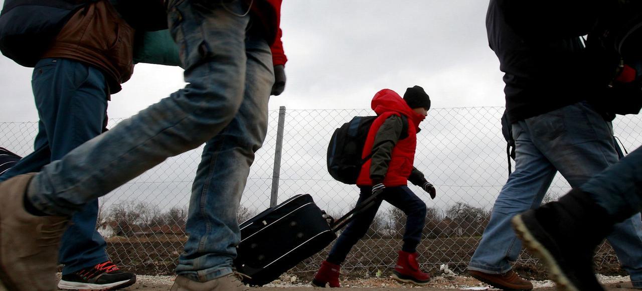 Des réfugiés se dirigent vers la frontière avec la Serbie depuis le village macédonien de Tabanovce, mercredi.
