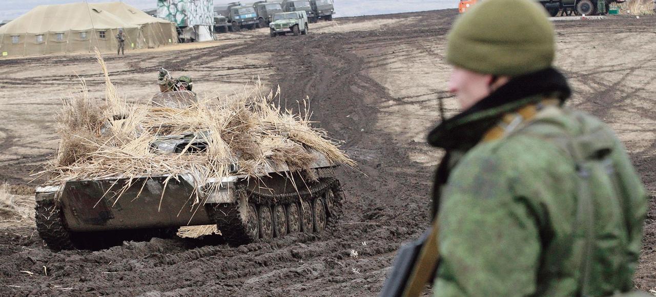 Des membres des forces armées de la République populaire autoproclamée de Louhansk lors d'un exercice militaire, le 3 février, dans le Donbass.