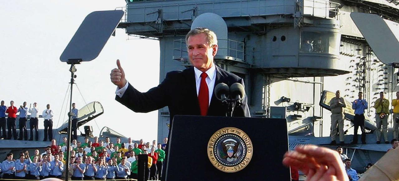 Le 1ermai 2003, sur le porte-avions «Abraham Lincoln», George W. Bush annonce qu'il met fin aux opérations militaires de l'invasion de l'Irak: «Mission accomplie!»