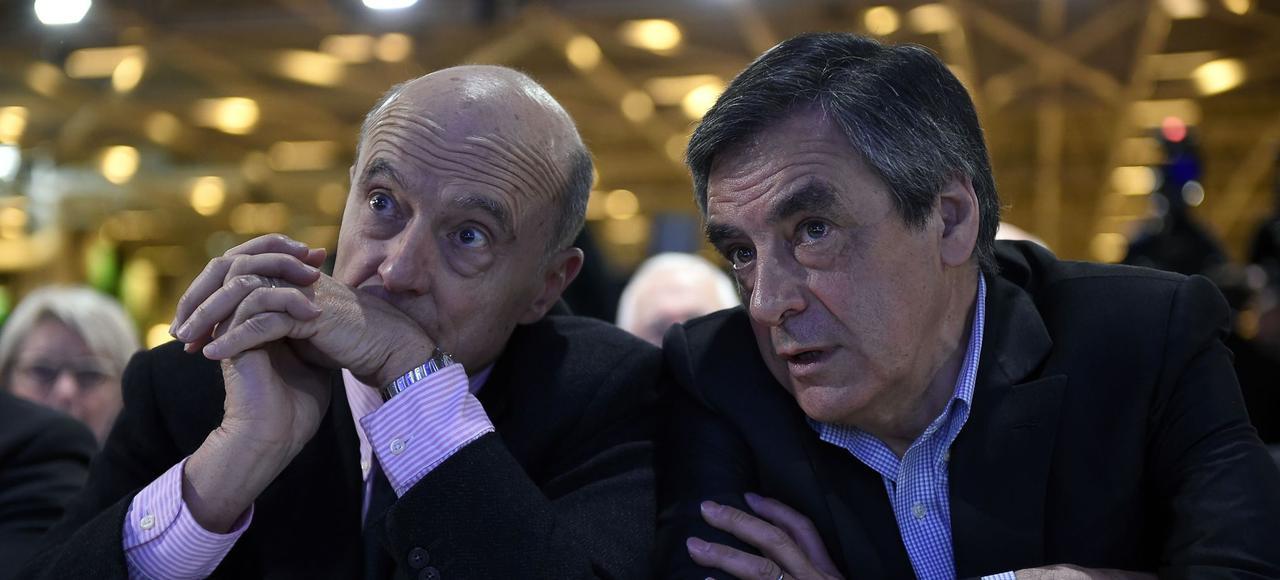 Assis côte à côte, Alain Juppé et François Fillon pendant le conseil national des Républicains, samedi, à Paris.