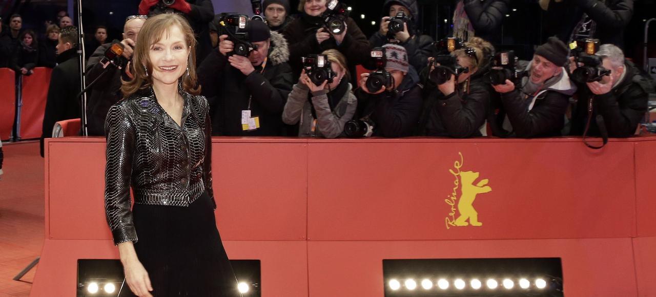 Isabelle Huppert pose pour les photographes, à Berlin, avant la présentation du film «L'Avenir», de Mia Hansen-Love.