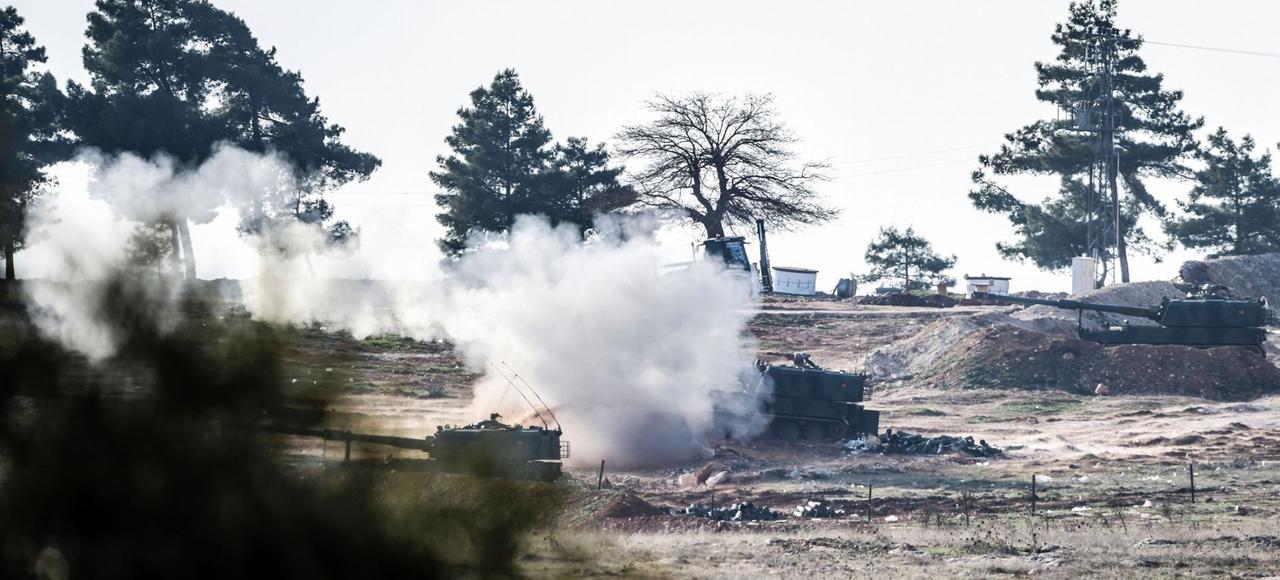 A quelques kilomètres du poste-frontière de Kilis, les chars et l'artillerie turcs ont bombardé, lundi, des positions kurdes autour d'Azaz en Syrie.