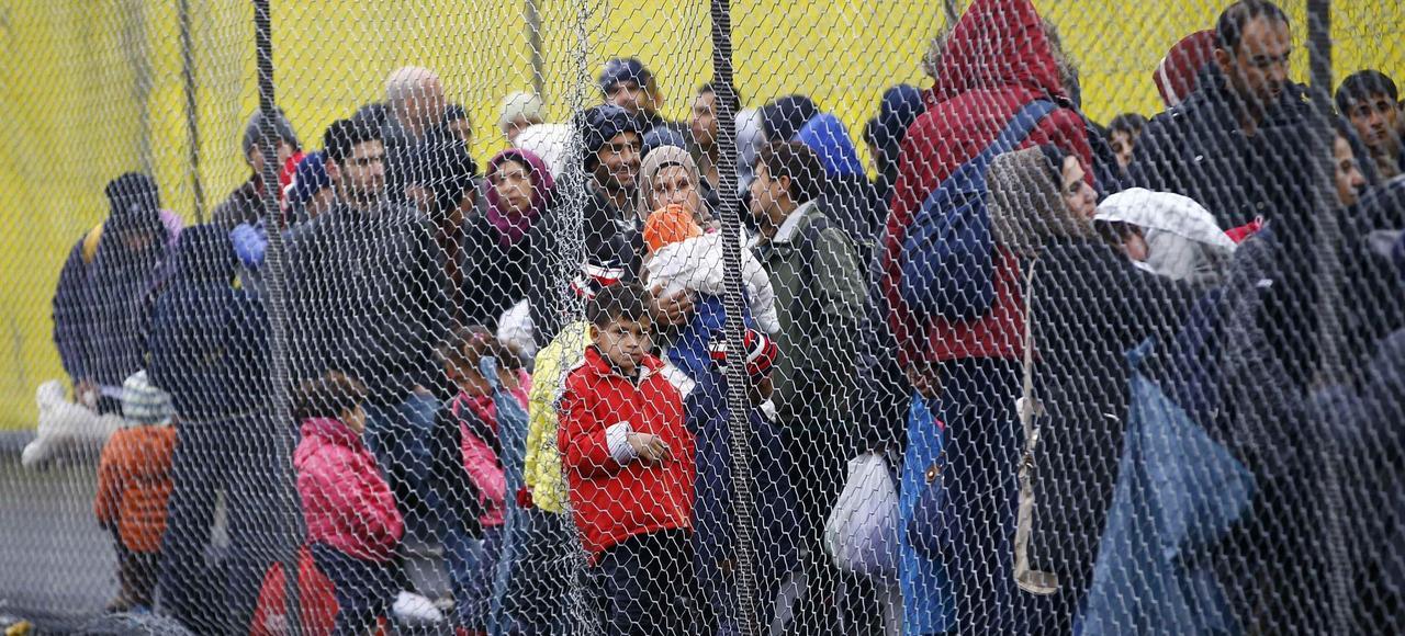 Des réfugiés attendent au poste-frontière de Spielfeld de passer en Autriche.