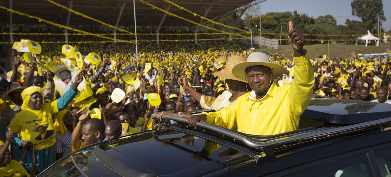 Yoweri Museveni salue ses partisans lors d'un meeting de campagne, mardi à Kampala.