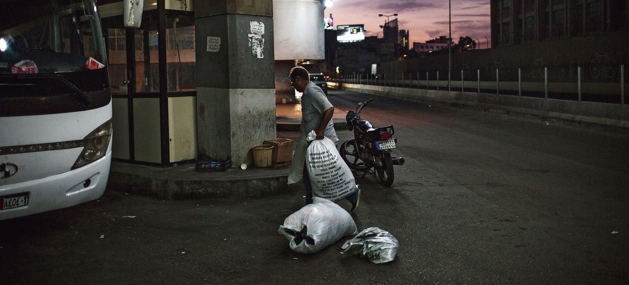 Une gare routière, à Beyrouth. En autobus, le trajet jusqu'à Raqqa, émaillé d'une vingtaine de check-points, peut prendre jusqu'à 24 heures.