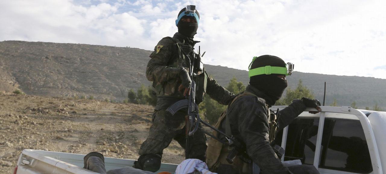 Des combattants kurdes du YPJ patrouillent sur un pick-up en décembre à Kobané.