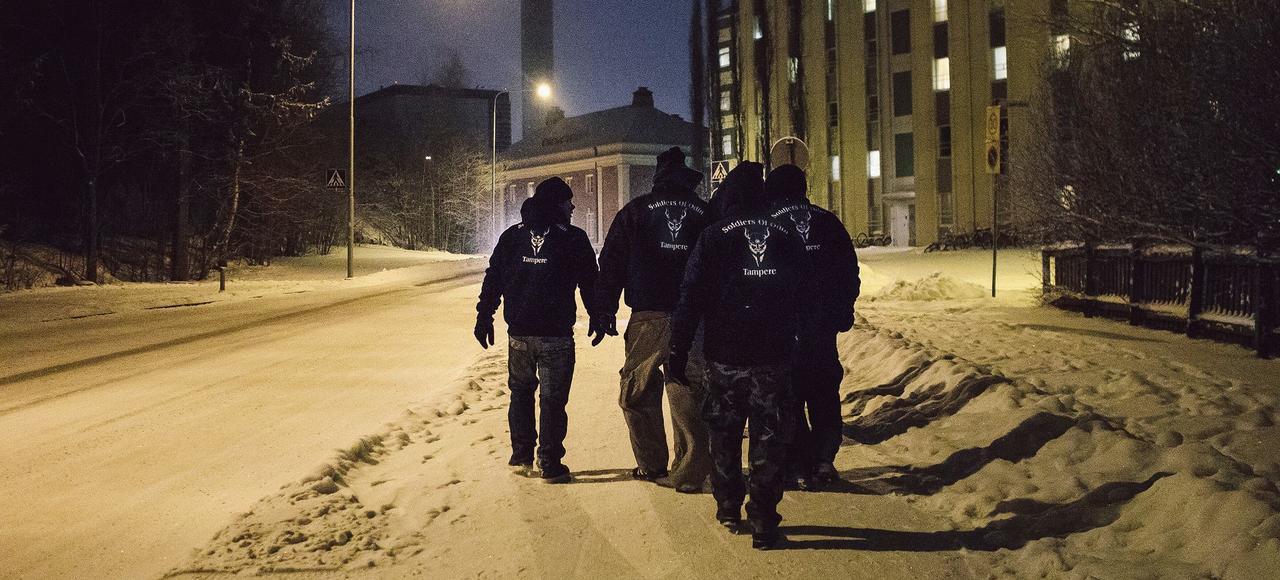 Des membres des Soldats d'Odin en patrouille dans la banlieue de Tampere, à proximité d'un centre d'accueil de réfugiés, le 16 janvier.