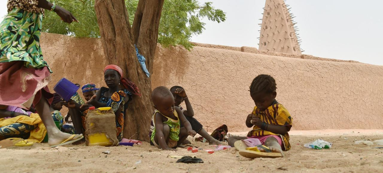 Des enfants devant une mosquée, à Agadez, au Niger.