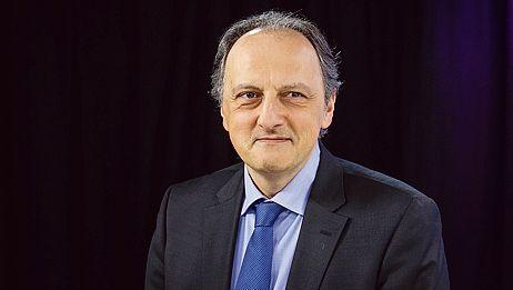 «Prise en tenaille entre un gouvernement devenu tardivement social-démocrate et le FN, la droite est contrainte de se décaler sinon elle manquera d'espace», souligne Bernard Sanasès.