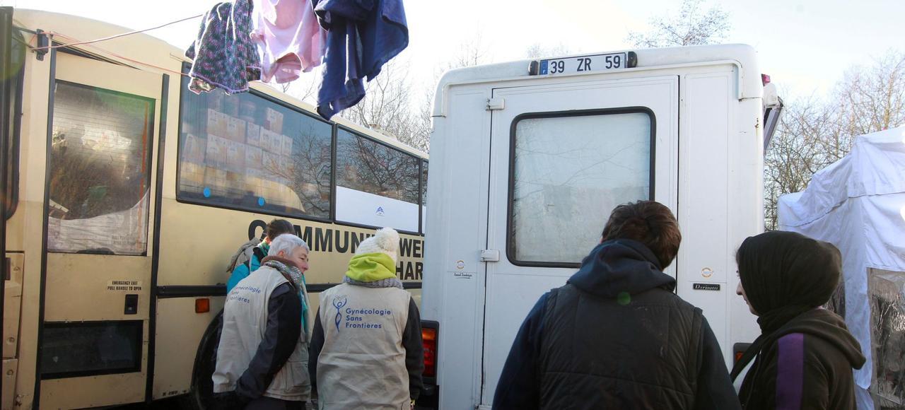 Dans le camp de Grande-Synthe, près de Dunkerque, composé majoritairement de familles kurdes, une femme attend pour une consultation devant la camionette de GSF (Gynécologie sans frontières).