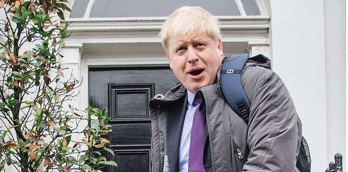 Boris Johnson, lundi, devant son domicile londonien.