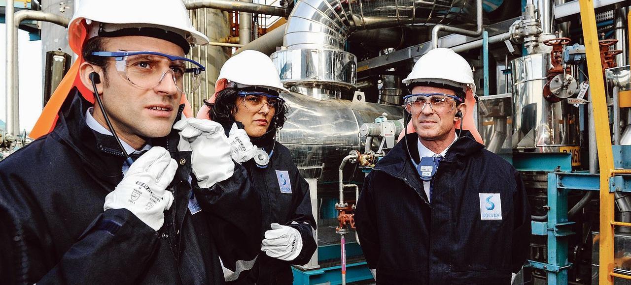 Emmanuel Macron, Myriam El Khomri et Manuel Valls en visite dans une usine du groupe Solvay, près de Mulhouse.