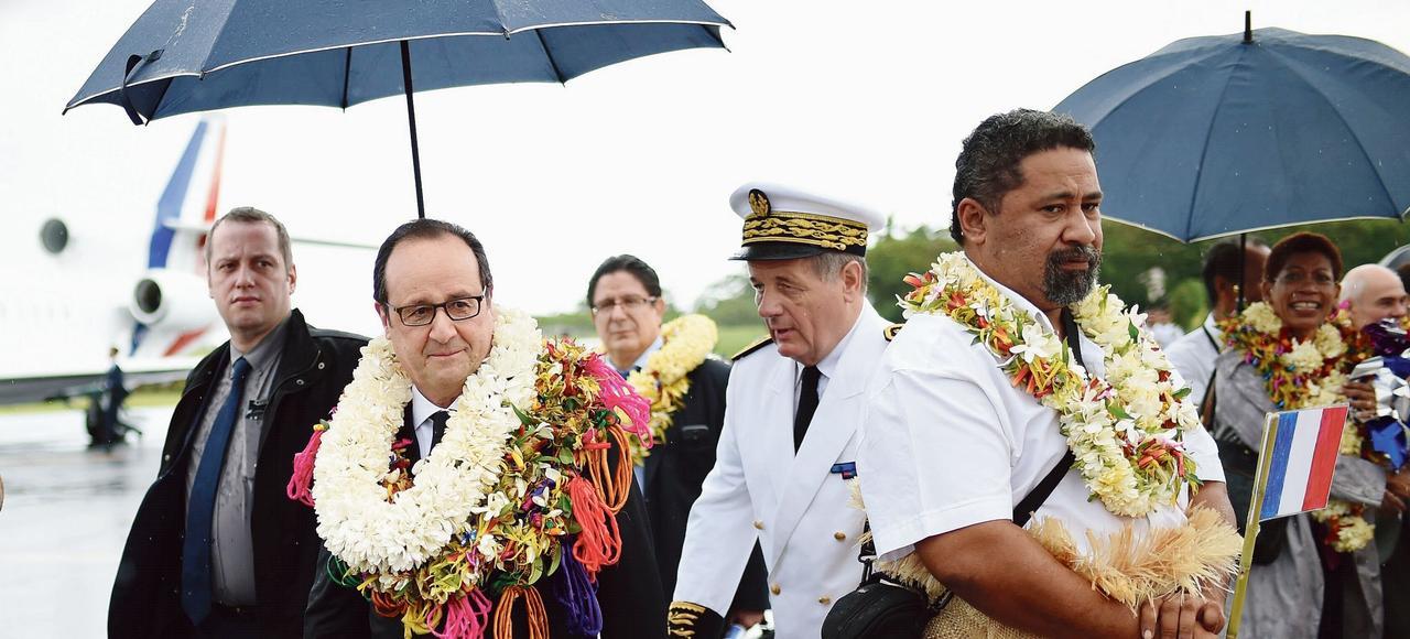 François Hollande accueilli dimanche sous la pluie par la chefferiecoutumière d'Uvéa, l'un des trois royaumes de l'archipel de Wallis-et-Futuna.