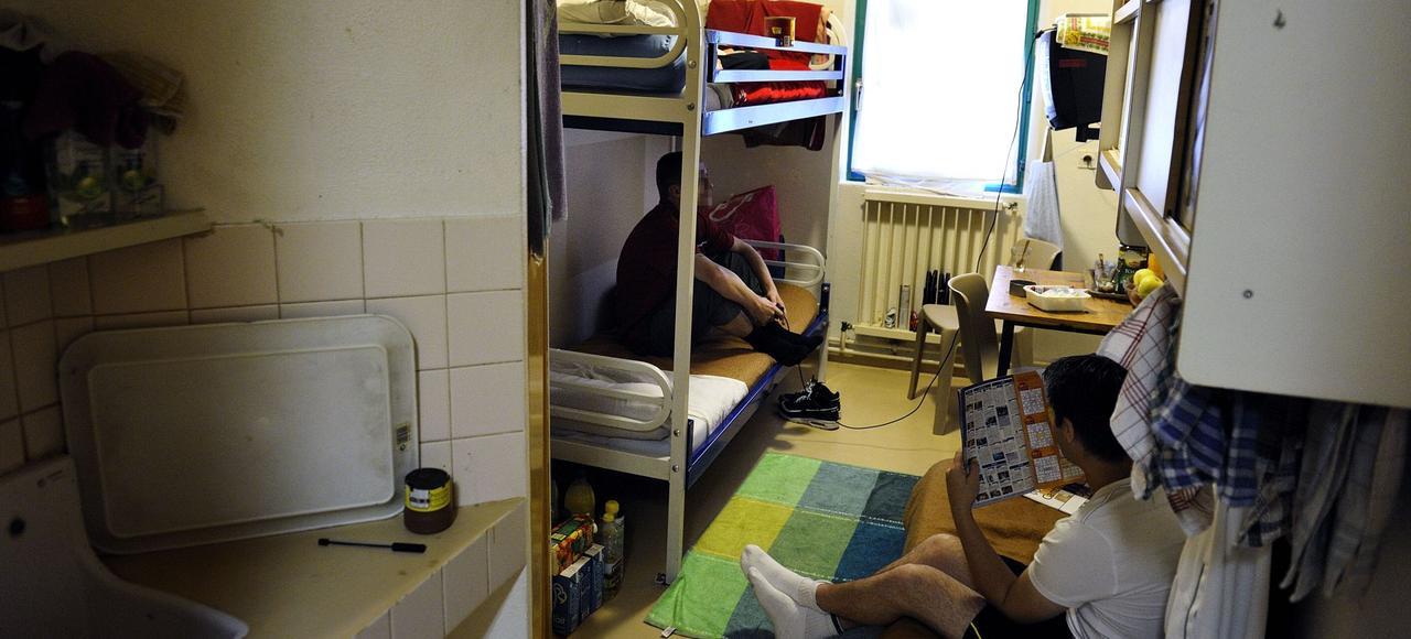 Dans cette prison du Pas-de-Calais, un détenu doit dormir par terre sur un matelas dans une cellule prévue pour deux.