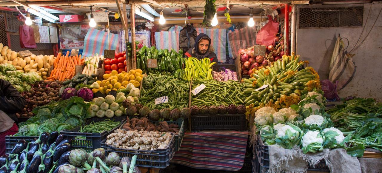 Un marché à Alger. Devant la haussedes prix,comme ceuxde la banane,l'un des fruits préférés des Algériens,les habitantsde la capitale ont renoncé à acheterdes fruits, mêmedes orangespourtant produites localement.