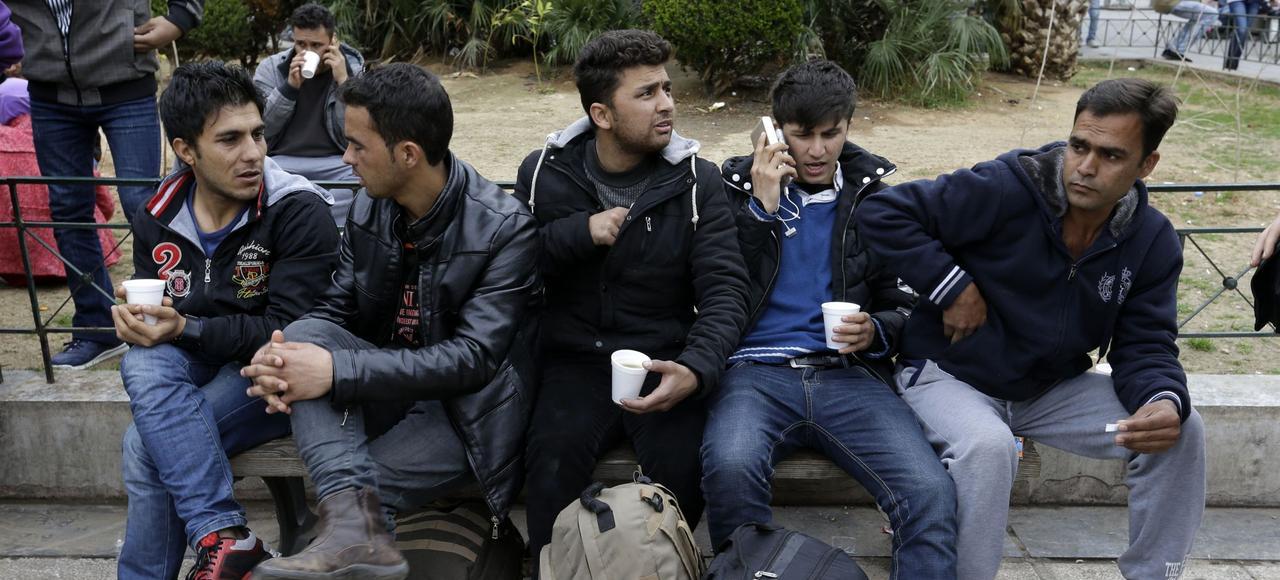 De jeunes réfugiés afghans, place Victoria, jeudi, dans le centre d'Athènes.