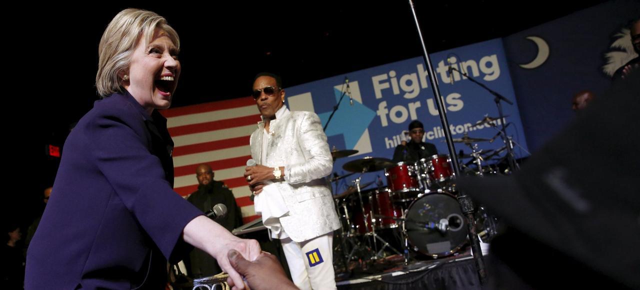 Hillary Clinton rejoint le chanteur Charlie Wilson sur scène lors d'un concert à Charleston, en Caroline du Sud, jeudi soir.