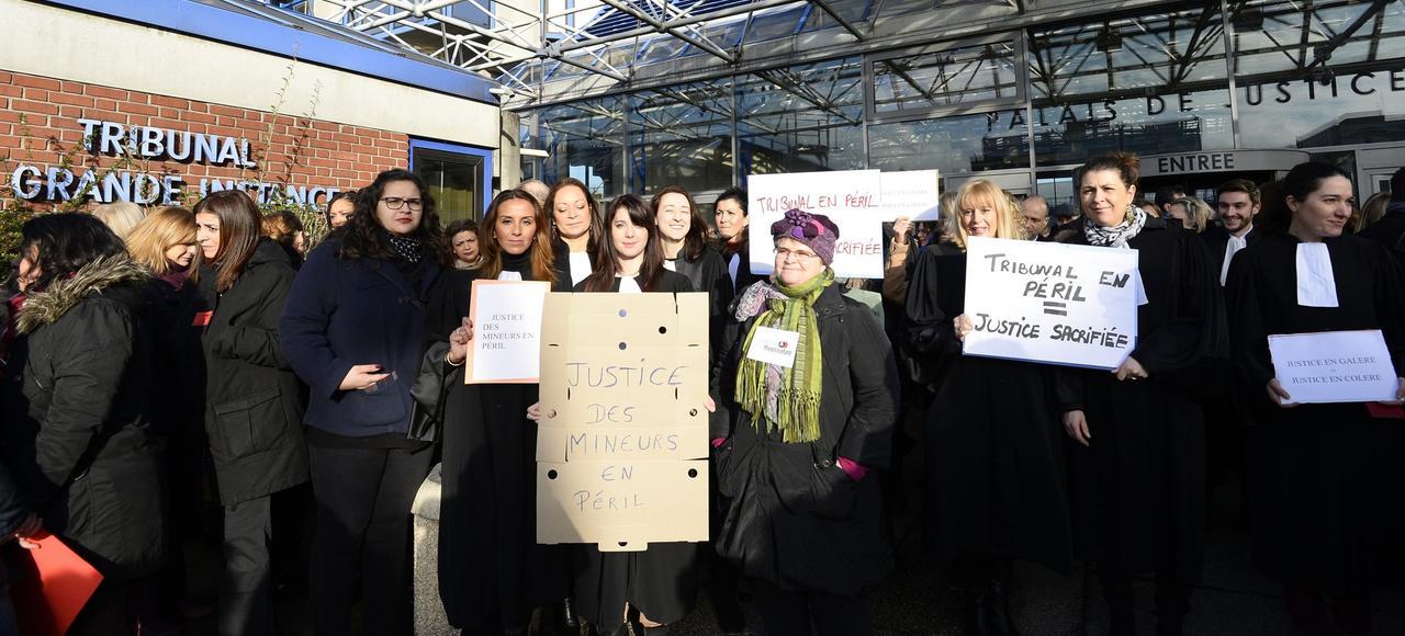 Des magistrats et des avocats manifestent le 15 février devant le tribunal de Bobigny pour réclamer davantage de moyens.