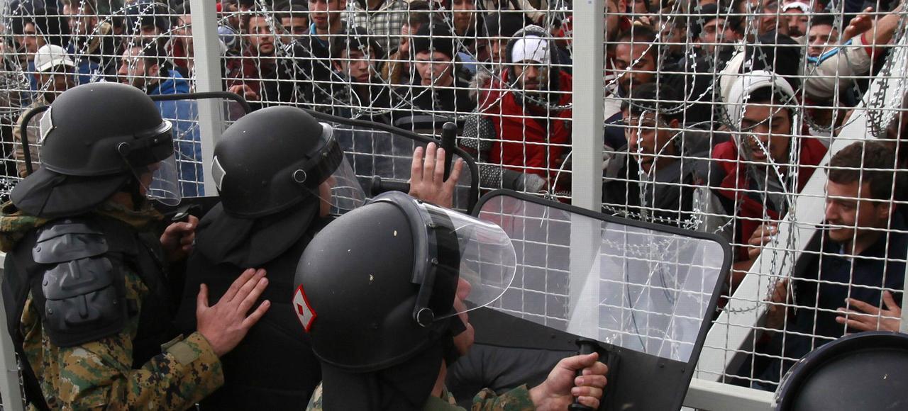 La police macédonienne a usé de la force, dimanche, à Gevgelija, devant plusieurs centaines de migrants qui, depuis la Grèce, tentaient de forcer le passage de la frontière.