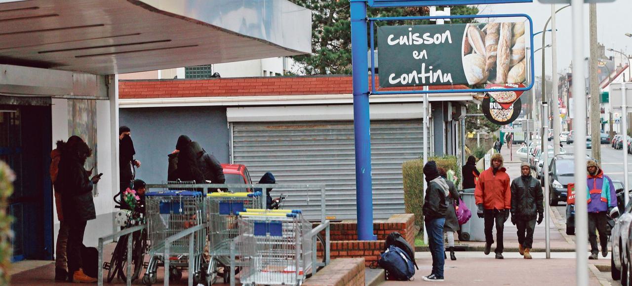 Depuis l'explosion des flux migratoires il y a deux ans, la ville de Calais s'enfonce dans la crise. Dans le centre, les touristes se font rares, les riverains n'ont le cœur ni à la flânerie ni à la dépense.