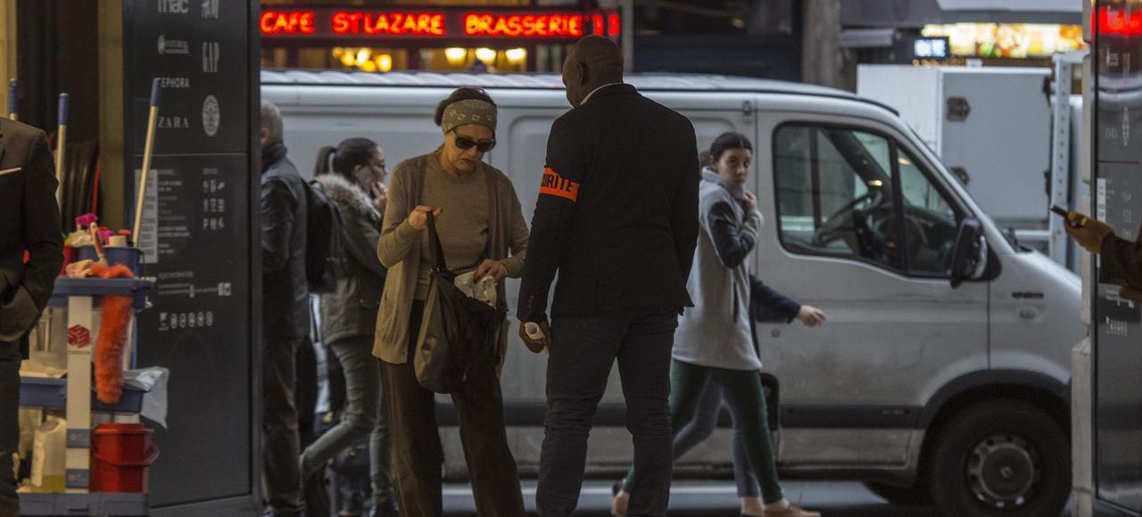 Des agents de sécurité contrôlent à l'entrée des magasins après les attentats du 13 novembre, à Paris.