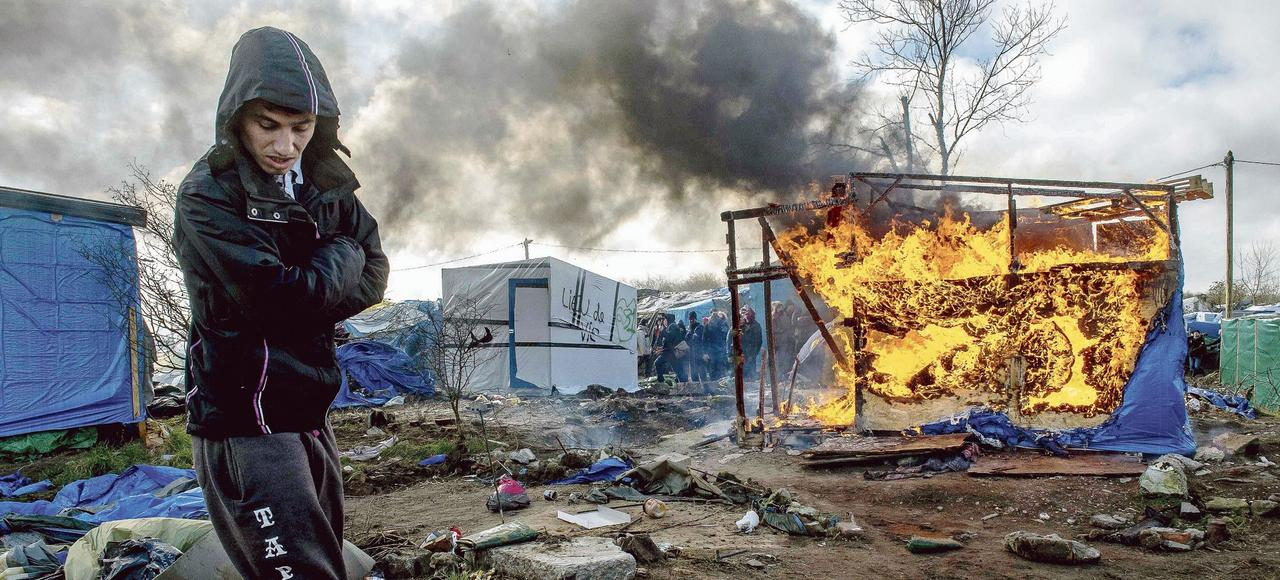 Un migrant dans la partie sud de la «jungle» de Calais, jeudi, lors de la poursuite de son démantèlement.