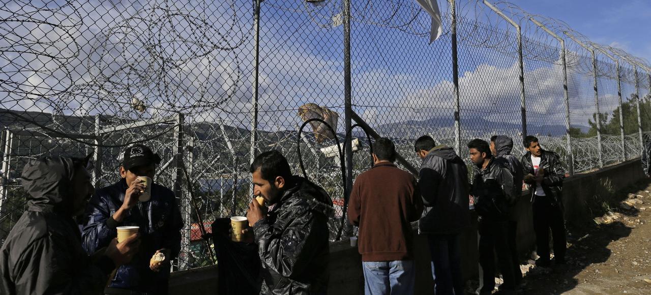 Jeudi à Samos, en Grèce, les migrants prennent le petit-déjeuner distribué par un groupe de bénévoles.