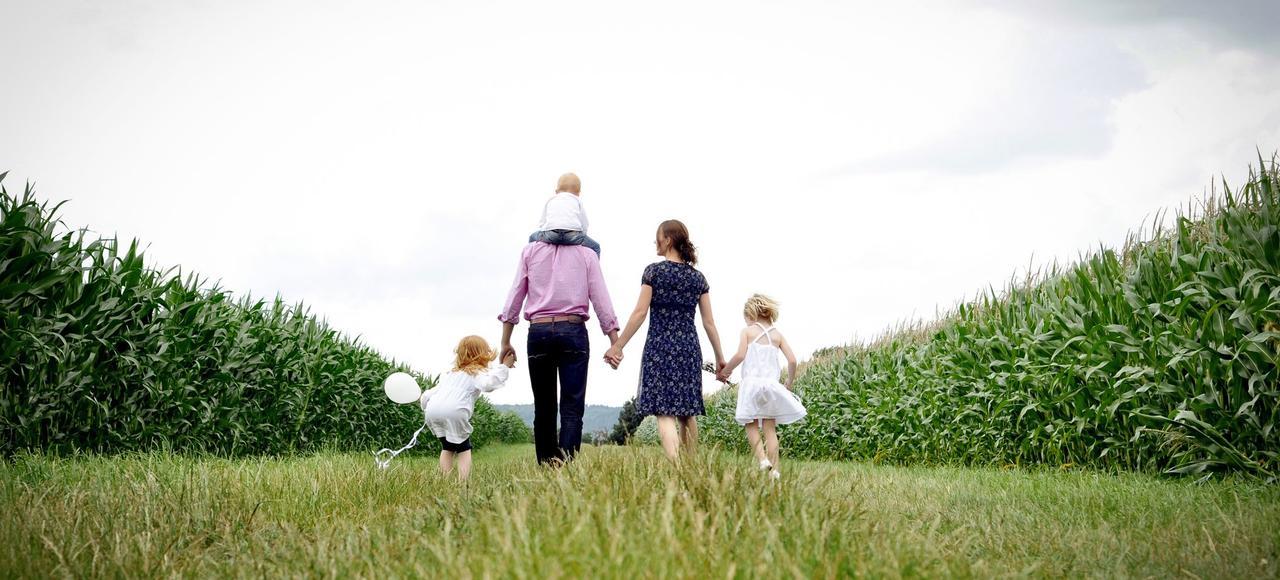 Parmi les valeurs en vogue, l'épanouissement et l'équilibre personnel de l'enfant arrivent en tête, suivis du bien-être au sein de la famille, de la réussite scolaire, de la politesse et du savoir-être et de l'ouverture d'esprit et de la culture.