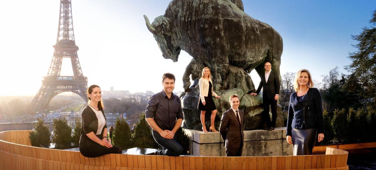 Les lauréats du palmarès de l'Institut Choiseul, qui recense les leaders économiques de moins de 40 ans, sur la terrasse du restaurant le Café de l'Homme, place du Trocadéro, à Paris.