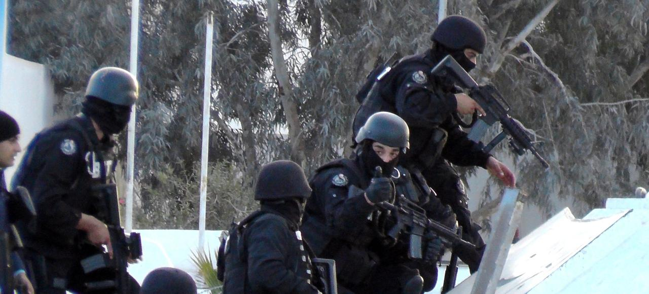 Les forces spéciales tunisiennes traquentles djihadistesqui ont attaqué lundi la gendarmerie, le poste de policeet la caserne de Ben Gardane.