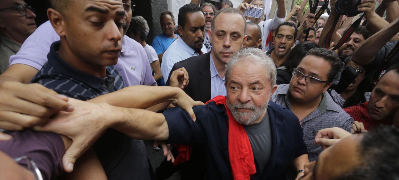 À l'issue de son audition, vendredi dernier, l'ancien président Lula s'est rendu à la mi-journée au siège du Parti des travailleurs (PT) à Sao Paulo, où il a été accueilli par des militants.