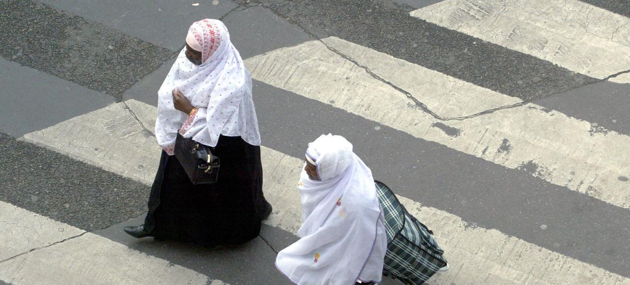 Deux femmes voilées à Paris.