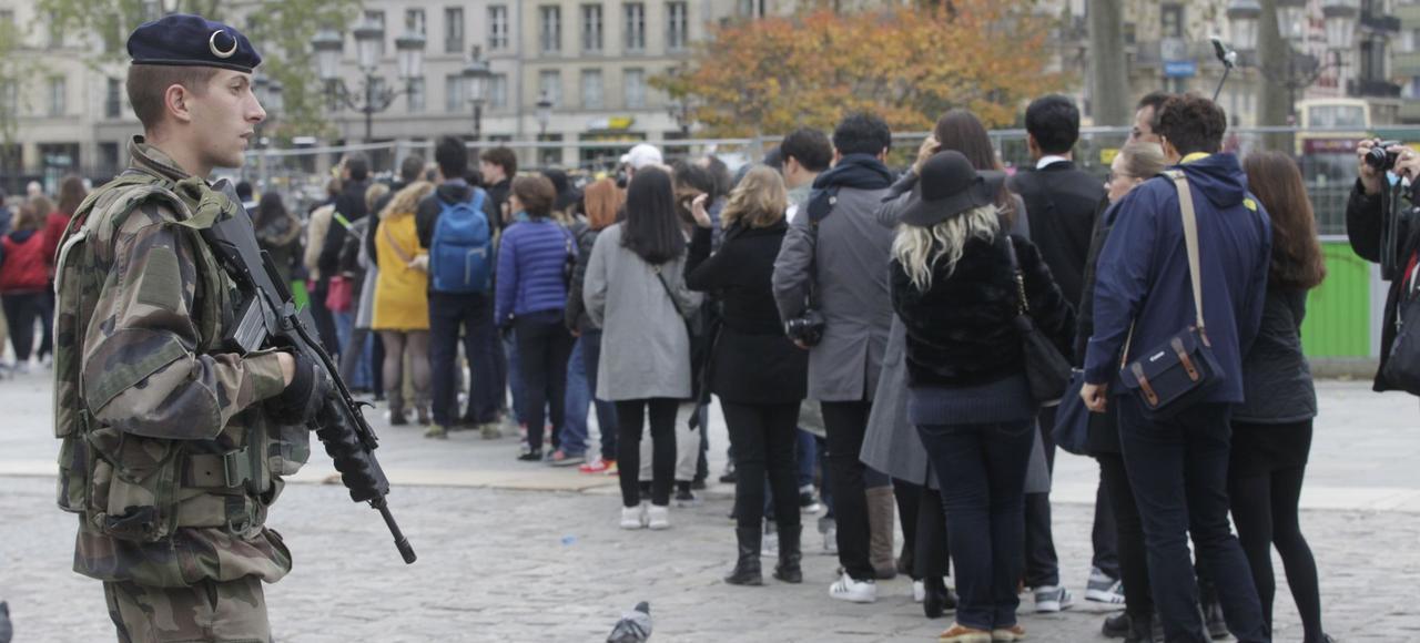 Un militaire patrouille à Paris, trois jours après les attentats du 13 novembre. Davantage de soldats sont actuellement présents dans les rues de nos villes qu'en opérations extérieures.