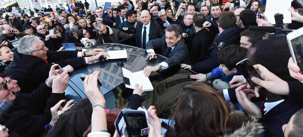 Nicolas Sarkozy à la sortie de la librairie Decitre, jeudi à Lyon.