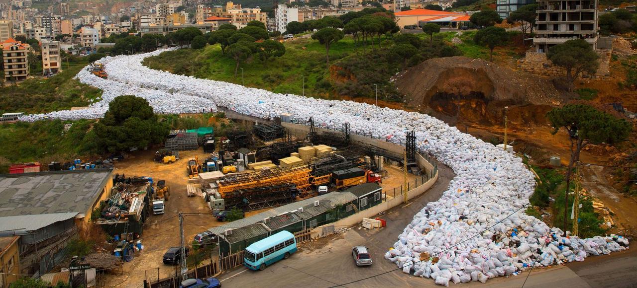 Vue aérienne de la décharge à ciel ouvert installée le long de la rue Jdeideh, à Beyrouth Est, le 3 mars.