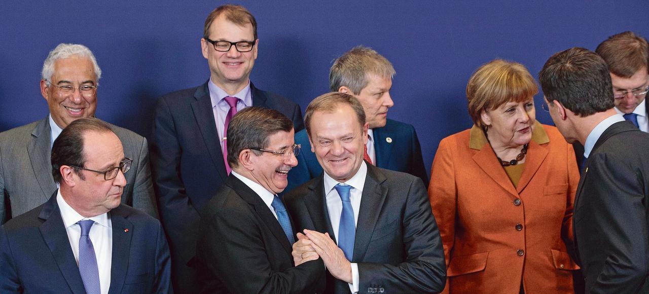François Hollande, Ahmet Davutoglu, Donald Tusk et Angela Merkel <i>(au premier plan de gauche à droite)</i> lors du sommet entre l'union Européenne et la Turquie, le 7 mars dernier à Bruxelles.