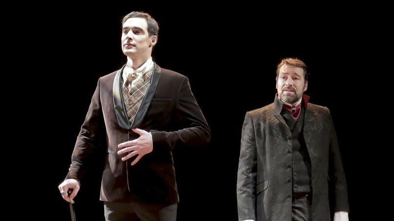 Arnaud Denis incarne Dorian Gray (en alternance) dans cette adaptation du chef-d'oeuvre d'Oscar Wilde par Thomas Le Douarec (à droite). Crédits photo: Fabienne Rappeneau/ArtComArt