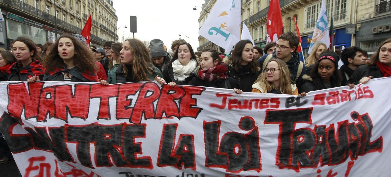 Des étudiants manifestent à Paris contre la loi travail mercredi.