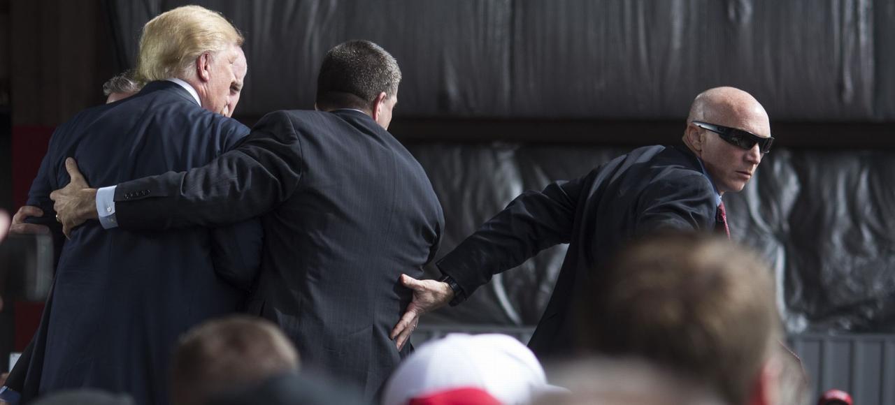 Les agents du Service secret évacuent Donald Trump lors d'un meeting, samedi, à Vandalia, dans l'Ohio.
