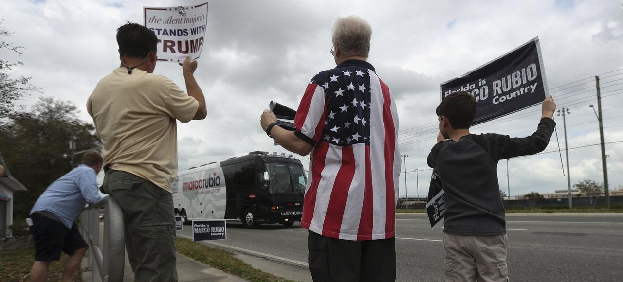 Un supporter de Donald Trump cotoie un partisan de Marco Rubio, le 12 mars à Hudson (Floride).