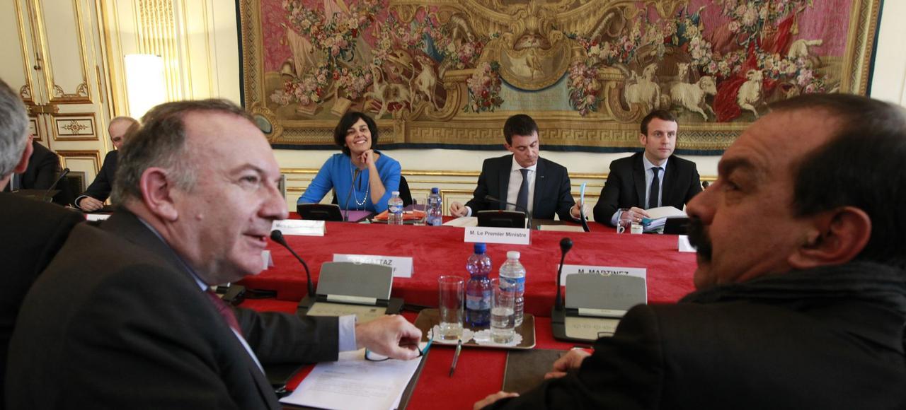 Myriam El Khomri, Manuel Valls, Emmanuel Macron, Pierre Gattaz et Philippe Martinez, lundi à Paris.