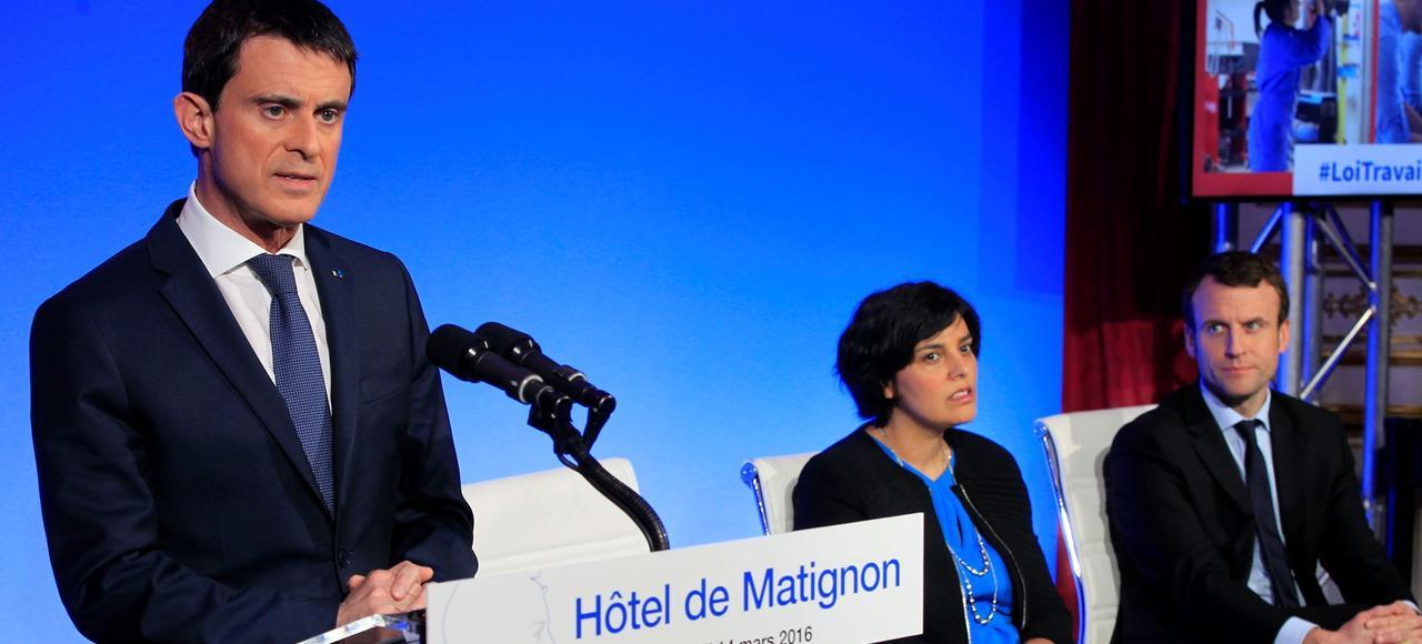 Manuel Valls, Myriam El Khomri et Emmanuel Macron, lundi à Paris.