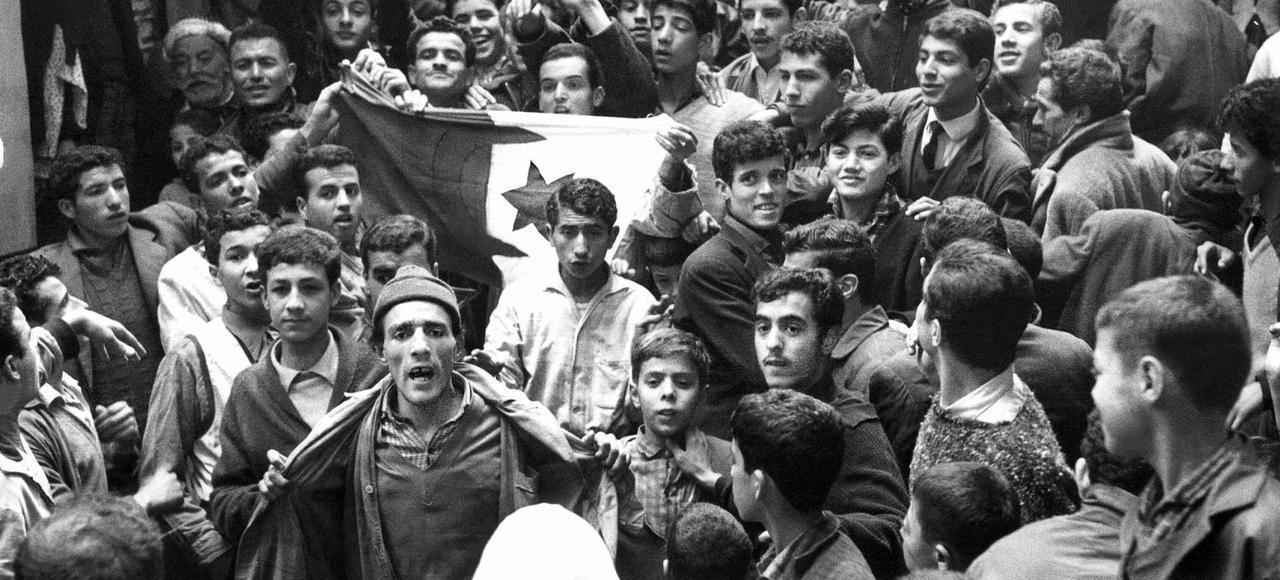 Dans la casbah d'Alger le 21 mars 1962: de jeunes algériens fêtent la fin de la guerre d'Algérie (accords d'Evian, 18 mars 1962.