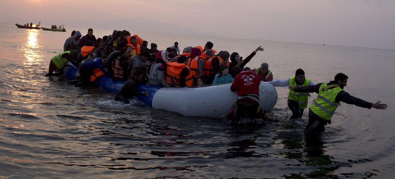 Des migrants en provenance de Turquie par la mer Égée accostent, dimanche, sur le rivage de l'île grecque de Lesbos.