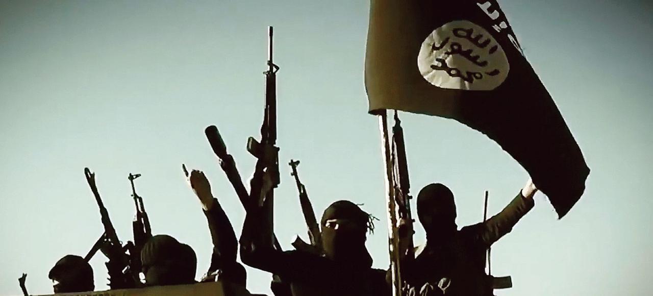 Drapeau brandi par un combattant de l'État islamique.